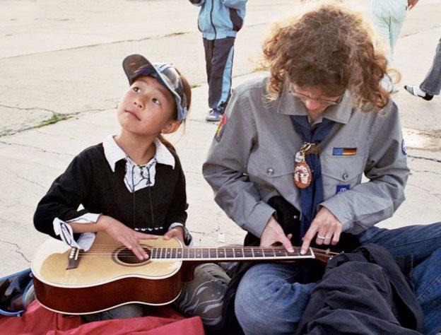 BookBridge Mongolia: Learning guitar